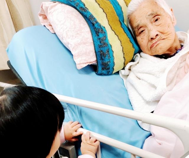在宅介護と老人ホーム・施設入所の境目とは メリットデメリット